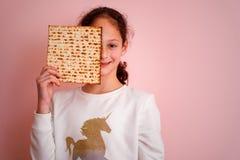 Jonge meisjesholding matzah of matza Joodse de uitnodiging of de groetkaart van de vakantiepascha Selectieve nadruk De ruimte van royalty-vrije stock fotografie