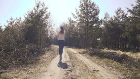 Jonge meisjesjogging in vroege bos4k stock video