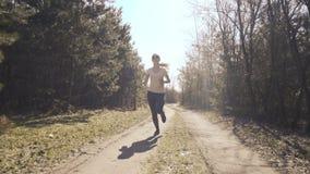 Jonge meisjesjogging in vroege bos4k stock footage