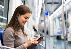 Jonge meisjeslezing van het mobiele telefoonscherm royalty-vrije stock foto's