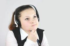 Jonge meisjesmanager op de hoofdtelefoons Royalty-vrije Stock Foto's