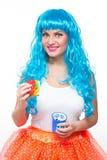Jonge meisjespop met blauw haar plastiek die een sandwich eten honger stock afbeeldingen