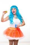 Jonge meisjespop met blauw haar plastiek die een sandwich eten honger royalty-vrije stock foto