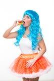 Jonge meisjespop met blauw haar plastiek die een sandwich eten honger stock fotografie