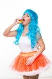 Jonge meisjespop met blauw haar plastiek die een sandwich eten honger royalty-vrije stock afbeeldingen