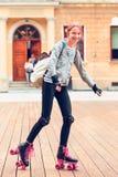 Jonge meisjesrol die in een stad schaatsen Stock Foto's