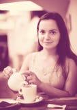 Jonge meisjesrust in koffie Royalty-vrije Stock Afbeeldingen