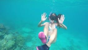 Jonge meisjesscuba-duiker stock videobeelden