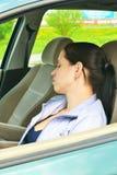 Jonge meisjesslaap in haar auto. stock afbeeldingen