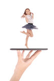 Jonge meisjessprong die tabletpc op mensenhand met behulp van Royalty-vrije Stock Fotografie