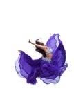 Jonge meisjessprong in purpere oosterse oostelijke sluier Stock Afbeelding