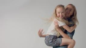 Jonge meisjessprongen op handen aan mum en het glimlachen van allebei stock footage