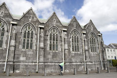 Jonge meisjesvaulting meerpalen buiten een abdij Royalty-vrije Stock Foto's