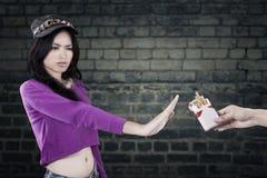 Jonge meisjesweigering om te roken Royalty-vrije Stock Foto's