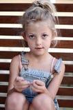 Jonge meisjeszitting Royalty-vrije Stock Fotografie