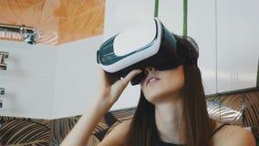 Jonge meisjeszitting in badkamers in virtuele werkelijkheidsglazen op hoofd Omhoog het kijken stock video