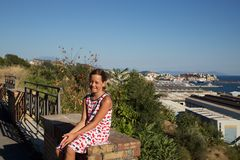 Jonge Meisjeszitting die op muur Pozzuoli overzien Royalty-vrije Stock Foto's