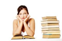 Jonge meisjeszitting met boeken. Royalty-vrije Stock Afbeelding