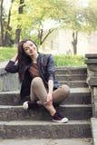 Jonge meisjeszitting op de treden Royalty-vrije Stock Fotografie
