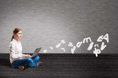 Jonge meisjeszitting op de vloer met laptop Stock Fotografie