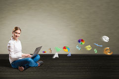 Jonge meisjeszitting op de vloer met laptop Royalty-vrije Stock Afbeelding