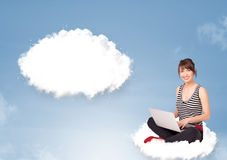 Jonge meisjeszitting op wolk en het denken aan abstracte toespraak bubb Stock Afbeeldingen
