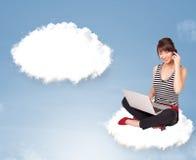 Jonge meisjeszitting op wolk en het denken aan abstracte toespraak bubb Royalty-vrije Stock Foto's