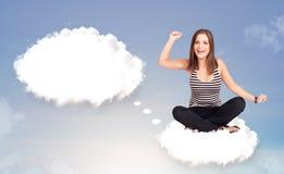 Jonge meisjeszitting op wolk en het denken aan abstracte toespraak bubb Royalty-vrije Stock Foto
