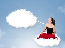 Jonge meisjeszitting op wolk en het denken aan abstracte toespraak bubb Royalty-vrije Stock Fotografie