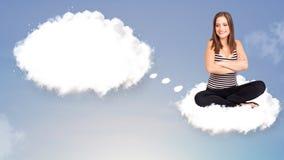 Jonge meisjeszitting op wolk en het denken aan abstracte toespraak bubb Royalty-vrije Stock Afbeelding