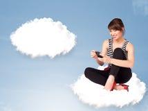 Jonge meisjeszitting op wolk en het denken aan abstracte toespraak bubb Stock Afbeelding