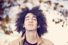 Jonge mens ademhaling openlucht stock foto