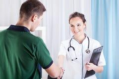 Jonge mens bezoekende arts stock fotografie