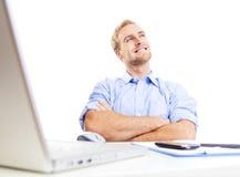Jonge mens bij bureaudagdromen Royalty-vrije Stock Afbeelding