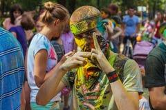 Jonge mens bij het festival van kleuren Stock Afbeelding