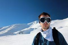 Jonge mens bij ski Stock Afbeeldingen