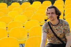 Jonge mens bij stadion Royalty-vrije Stock Foto's