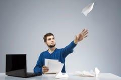 Jonge mens bored op het kantoor Stock Afbeelding