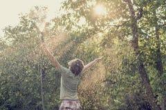 Jonge mens buiten in de groene slang van de de holdingstuin van de de zomeraard spr Royalty-vrije Stock Foto