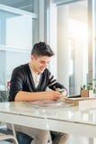 Jonge mens in bureau Royalty-vrije Stock Afbeelding