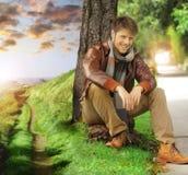 Jonge mens in de herfst Stock Foto's