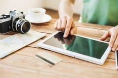 Jonge mens de reis van de planningsvakantie met digitale tablet Royalty-vrije Stock Afbeelding