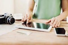 Jonge mens de reis van de planningsvakantie met digitale tablet Stock Afbeelding