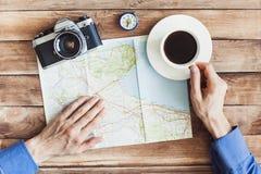 Jonge mens de reis van de planningsvakantie met kaart Vakantie en toerismeconcept Royalty-vrije Stock Foto's