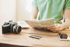 Jonge mens de reis van de planningsvakantie met reiskaart Royalty-vrije Stock Foto's