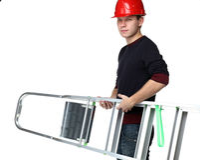 Jonge mens in de rode trapladder van de bouwvakkerholding Royalty-vrije Stock Foto