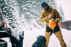 Jonge mens in de sneeuw bosschok van sneeuw van helm Royalty-vrije Stock Fotografie