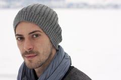 Jonge mens in de winter Royalty-vrije Stock Afbeeldingen
