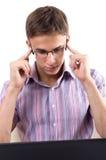 Jonge mens die aan computerlaptop werken Stock Foto
