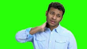 Jonge mens die aan halspijn lijdt stock footage